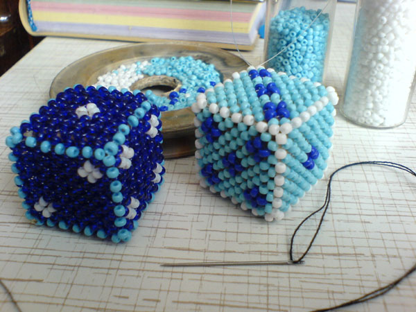 Сегодня мы будем учиться плести куб...  Схемы и мастер-классы - Оплетенный кубик из бисера мастер-класс...